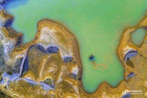 Hình ảnh 'dị' của hồ Vực Mấu đang khô hạn do nắng nóng kéo dài