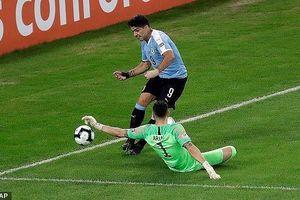 Hài hước siêu sao Suarez đòi penalty vì bóng trúng tay thủ môn