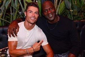 Ronaldo gây sốt khi chụp ảnh cùng 'vua bóng rổ' Michael Jordan
