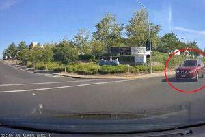 Vượt đèn đỏ, Nissan X-Trail đâm ôtô lật nghiêng giữa ngã ba