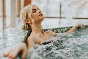 Bồn tắm di chuyển từ nhà ra ban công tại khách sạn ở Thụy Sĩ
