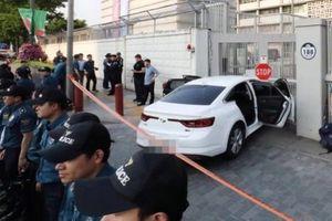 Xe chở 28 bình khí dễ nổ lao vào Đại sứ quán Mỹ ở Seoul