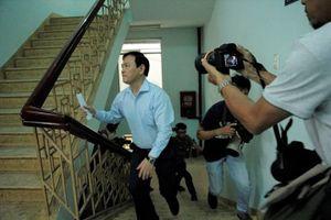 Nguyễn Hữu Linh chạy vào tòa để tránh ống kính phóng viên