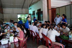 Thanh niên tình nguyện ở Hà Tĩnh nấu cơm miễn phí phục vụ sĩ tử đi thi