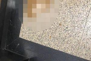 Thang máy chung cư không sạch do lỗi của một cậu bé