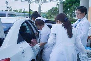 Không kịp đến bệnh viện, sản phụ đẻ rơi ngay trên taxi