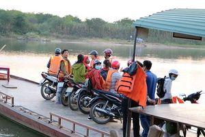 Những chuyến đò miễn phí đưa thí sinh qua sông Lam dự thi THPT Quốc gia