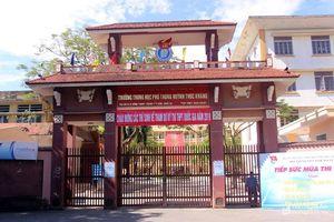 Thí sinh ở Nghệ An òa khóc trước cổng trường vì đến muộn, không được vào phòng thi