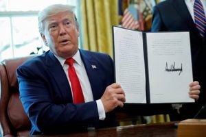 Tổng thống Mỹ ký lệnh trừng phạt với lãnh tụ tối cao Iran