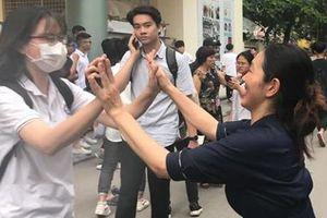 HOT nhất ngày thi tốt nghiệp THPT Quốc gia: Cô giáo mang hoa, ôm từng sĩ tử để cổ vũ vì học trò làm bài thi tốt