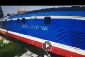 Khi 'thần chết ngủ quên', thót tim cảnh xe máy cố vượt đường tàu