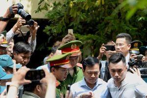 Chùm ảnh, clip: Bị hàng trăm người vây kín, nhiều công an vất vả đưa Nguyễn Hữu Linh rời tòa