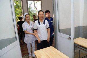 Clip: Vừa mổ ruột thừa, nữ sinh vẫn quyết tâm đến điểm thi THPT Quốc gia bằng xe cấp cứu