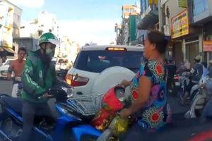 Xung đột giao thông, nam thanh niên dùng mũ bảo hiểm phang thẳng đầu phụ nữ