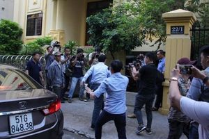 Xử kín vụ dâm ô: Ông Nguyễn Hữu Linh vừa đi vừa chạy vào phòng xử án