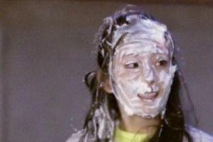 Dương Mịch tẩy trang lộ mặt mộc sau khi bị mọi người trét kem lên mặt trong 'Trốn thoát khỏi mật thất'