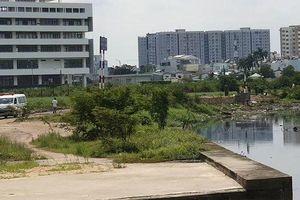 Tài xế Grab Bike nghi bị sát hại bỏ thi thể bên bờ kênh ở Sài Gòn