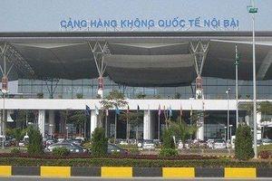 Bị nhắc nhở đỗ xe, tài xế taxi rút dao uy hiếp nhân viên an ninh sân bay Nội Bài