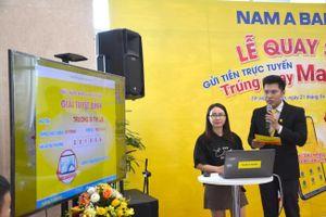 Nam A Bank trao quà công nghệ cho khách hàng may mắn