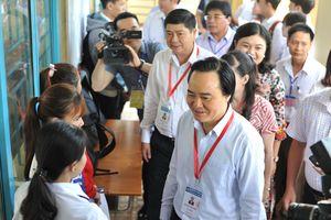 Bộ trưởng Phùng Xuân Nhạ kiểm tra công tác thi THPT quốc gia tại cụm thi Đắk Lắk.