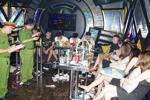 Hà Nam: Đột kích quán Karaoke phát hiện hàng chục nam thanh, nữ tú đang 'bay lắc' có biểu hiện phê ma túy