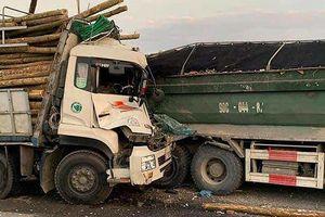 Cơ quan điều tra vào cuộc vụ xe chở gỗ húc xe tải trên cầu Thanh Trì, 2 người tử vong