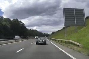Xe thể thao cổ đi tốc độ 112km/h đâm văng nắp capo