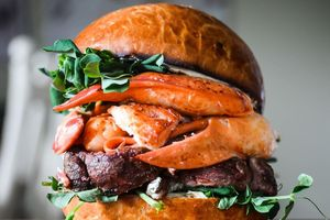 Thưởng thức hamburger chứa đầy tôm hùm giá 200 USD