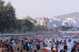 Nghìn người đổ về bãi biển 'vầng trăng khuyết' không bị rào chắn