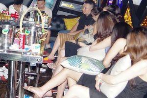 Bắt quả tang 11 'chân dài' và 17 nam thanh niên mở tiệc ma túy ở quán karaoke