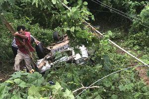 Ô tô mất lái lao xuống suối trong đêm, tài xế may mắn thoát nạn