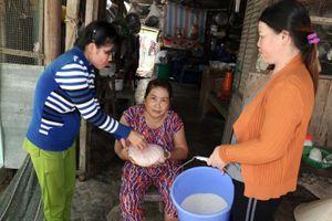 Chia sẻ yêu thương qua từng hạt gạo giúp người nghèo