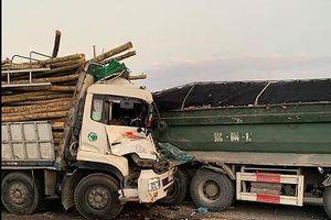 Xe chở gỗ tông đuôi xe ben làm hai người tử vong trong cabin