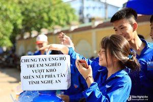 Thanh niên tình nguyện phát nước, đưa đón miễn phí cho thí sinh và người nhà
