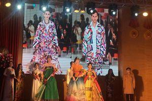 Ấn tượng màn trình diễn áo dài, hanbok quảng bá văn hóa Việt - Hàn