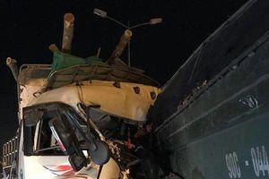 Đâm vào đuôi xe tải trên cầu Thanh Trì, hai người mắc kẹt trong cabin tử vong