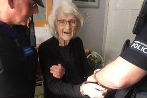 Cụ bà 93 tuổi tha thiết muốn cảnh sát bắt giữ vì lý do bất ngờ