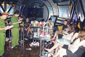 Bắt quả tang 28 nam nữ thanh niên đang 'bay lắc' trong quán karaoke ở Hà Nam