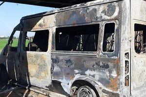 Bình Định: Xe Ford Transit 16 chỗ bị cháy rụi