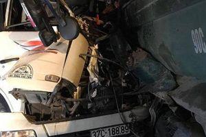 Tông đuôi xe tải đang đỗ trên cầu Thanh Trì, hai người tử vong trong cabin