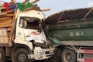 Xe chở gỗ đâm vào đuôi xe tải trên cầu Thanh Trì, 2 người chết