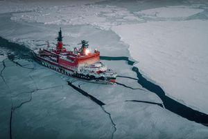 Cảnh tượng ngoạn mục tàu phá băng hạt nhân Nga chinh phục Bắc Cực