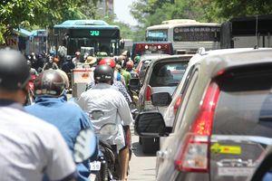 Đường phố Thủ đô ùn tắc khủng khiếp sau tai nạn 2 người chết trên cầu Thanh Trì
