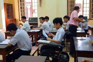 Nghị lực phi thường của nam sinh đến trường thi trên xe lăn ở Thừa Thiên Huế