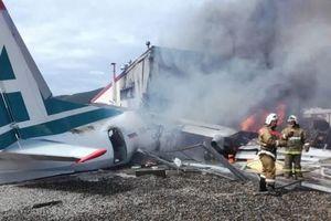 Máy bay Nga chở hàng chục người hạ cánh khẩn cấp, bốc cháy ngùn ngụt