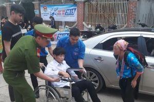 Sơn La: Nam sinh bị viêm màng não vẫn quyết ngồi xe lăn đi thi THPT quốc gia