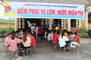 Kỳ thi THPT quốc gia: Tình nguyện viên nấu cơm phục vụ thí sinh