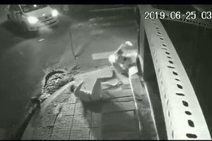 Sau tai nạn, tài xế taxi mở cửa nhìn nạn nhân co giật rồi… bỏ đi