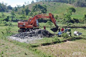 Người dân vùng cao Nghệ An đào giếng dọc suối tìm nước sinh hoạt