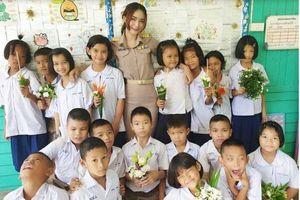 Ôm, high-five học sinh mỗi sáng, nữ giáo viên xinh đẹp gây sốt MHX